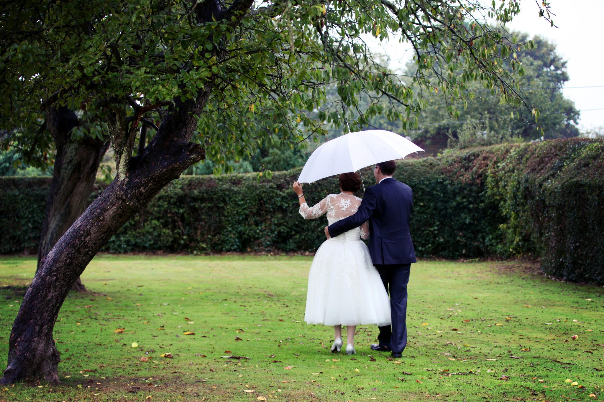 bride and groom, rainy day, Bedford Arms.